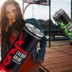 Dziewczyna z energy drinkami