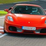 Sportowy samochód na torze
