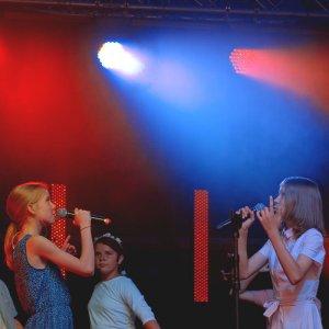 Występ na scenie w plenerze