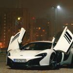 Sportowy samochód na zewnątrz